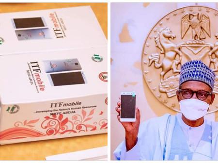 Nigeria : Buhari reçoit le premier téléphone portable Made in Nigeria