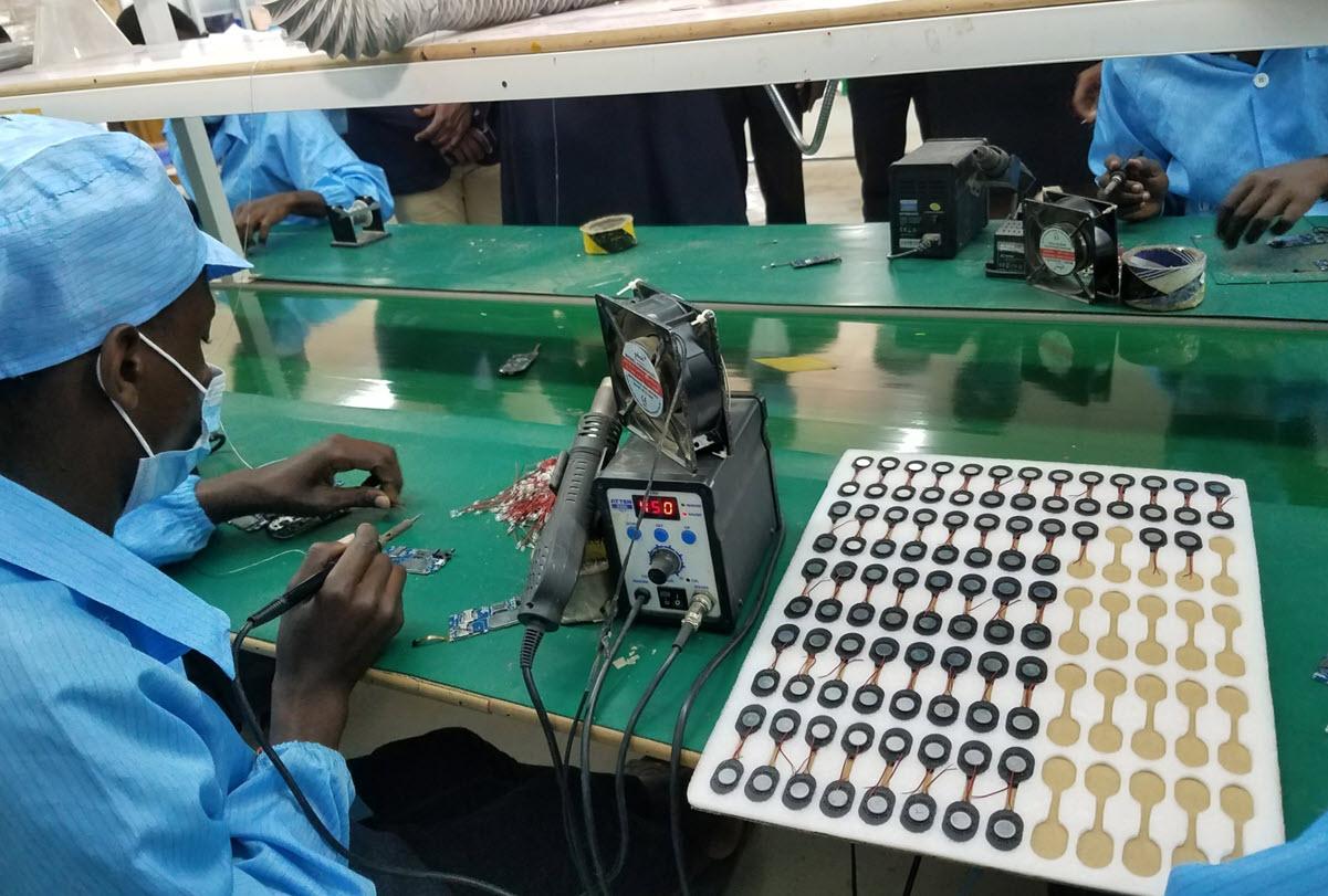 L'Ouganda a commencé à fabriquer des smartphones solaires